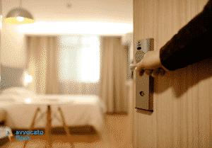 Cosa si rischia a rubare gli oggetti dalle camere di albergo?